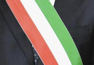 Calabria – Manichino con fascia tricolore impiccato ad un albero