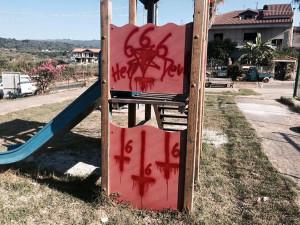 Calabria – Scritte sataniche in un parco giochi