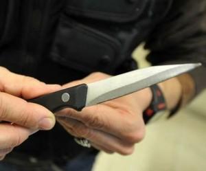 Anziano minacciato con coltello e rapinato di 10 mila euro in casa