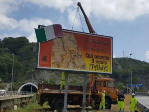 I tecnici dell'Anas hanno riposizionato il cartello di benvenuto a Catanzaro