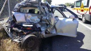 Tamponamento sulla SS 106, due feriti. Automobilista incastrato nella vettura