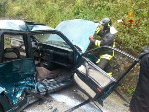 Donna rimane incastrata dopo incidente con l'auto