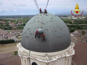 Rimossa dai Vigili del fuoco sfera e croce pericolanti sulla cupola della Chiesa di Polistena