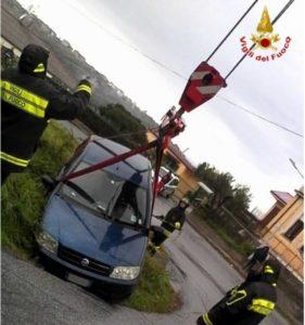 Auto sbanda in curva e finisce fuori strada, recuperata dai Vigili del fuoco