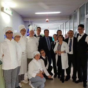 """Studenti dell'Istituto Ipssar """"Luigi Einaudi"""" consegnano dolci all'Ospedale di Lamezia Terme"""