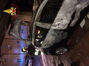Auto in fiamme a Catanzaro, intervento dei vigili del fuoco