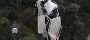 Precipitano con l'auto in un burrone, muore un 21enne