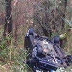 Precipita con l'auto in un dirupo, salvata dai carabinieri