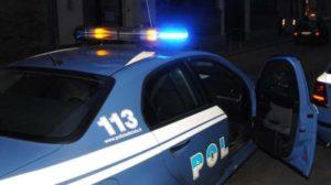 Inseguito da una volante, ferisce un poliziotto al torace ed all'addome