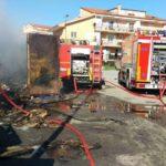 Davoli – Intervento dei Vigili del fuoco per l'incendio di un container