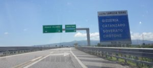 Guida senza patente, provoca incidente e fugge a piedi in autostrada, denunciato