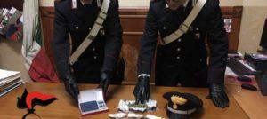 In casa con 11 dosi di droga, 23enne incensurata arrestata. Irreperibile il compagno