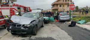 Paurosa carambola tra auto, un morto e tre feriti gravi