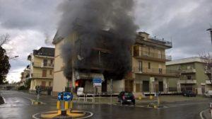 In fiamme una cartolibreria ad Isca Marina, evacuate abitazioni