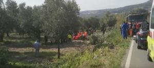 Sbandano con l'auto e finiscono contro un albero, un morto ed un ferito grave