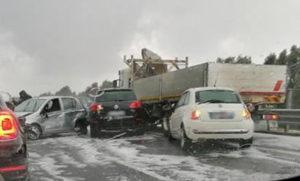 Violenta grandinata sull'A2 provoca maxi tamponamento, traffico rallentato
