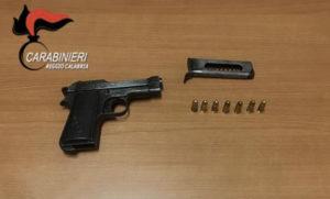 Nascondeva illegalmente una pistola, 85enne ai domiciliari