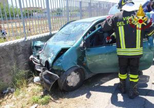Scontro tra due auto sulla SS 106, tre feriti