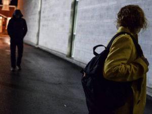 Perseguita l'ex e incendia l'auto della madre, arrestato