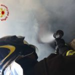 Intervento dei vigili del fuoco per lo spegnimento di un incendio di un magazzino