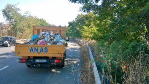 Anas – Rimozione rifiuti abbandonati lungo la SS 106 nel territorio di Soverato