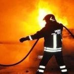Due incendi nella notte, in fiamme anche l'auto di un dipendente Aterp