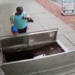 Donna di 67 anni cammina fissando il cellulare e cade in una botola