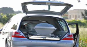 Un'auto su 165 è senza assicurazione, nella blacklist della polizia stradale anche un carro funebre