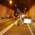 Scontro tra moto, auto e camion sulla Ss 107, un morto e un ferito