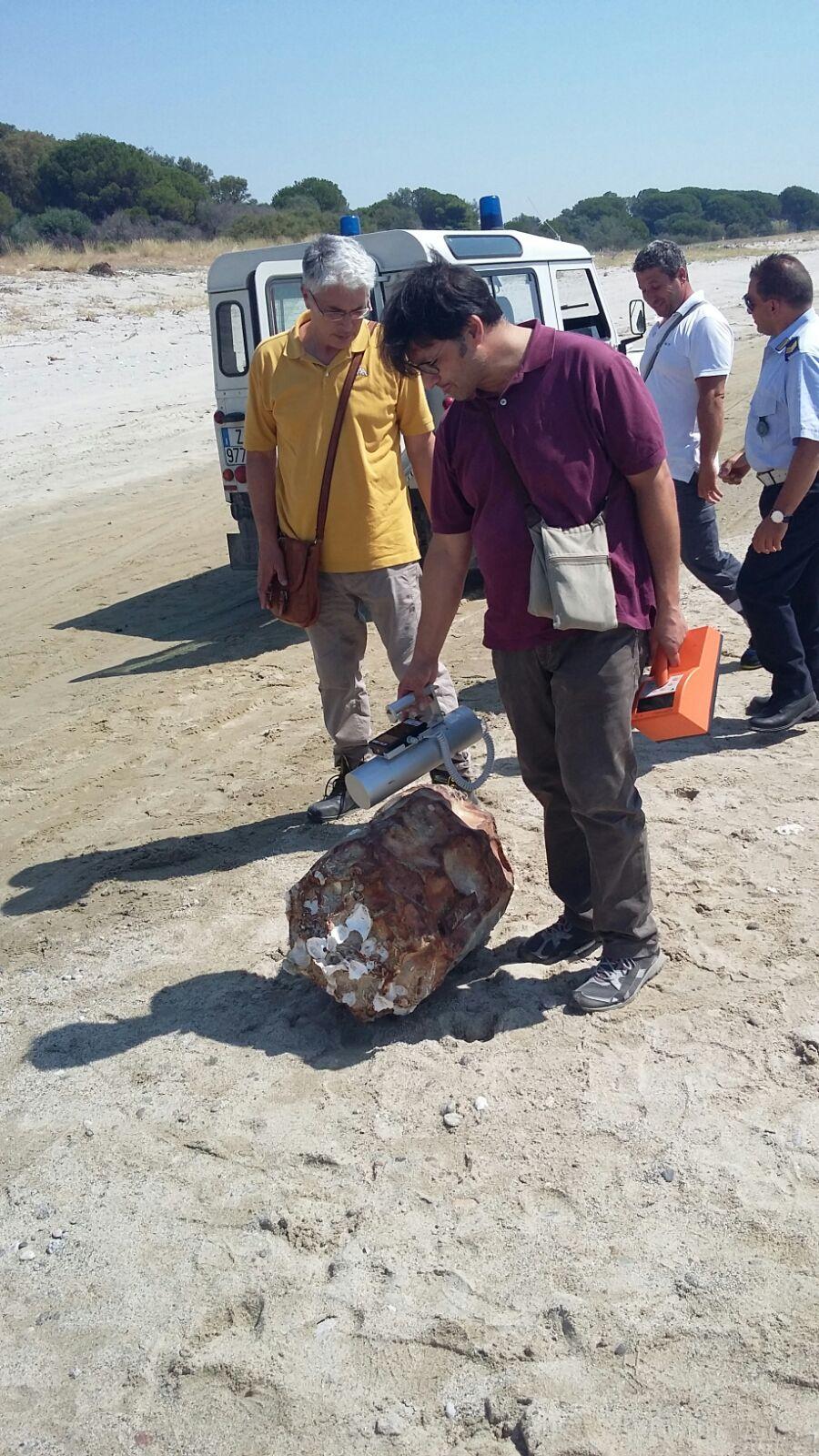 Fusto sospetto sulla spiaggia di sellia marina in realt for Come convogliare uno scaldabagno