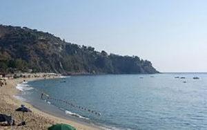 Giovane turista accusa malore in spiaggia a Caminia, soccorsa da vigile del fuoco fuori servizio