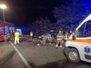 Scontro frontale tra due auto sulla Statale 106, 5 feriti