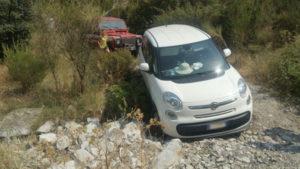 Coppia precipita in un burrone con l'auto, salvata grazie a WhatsApp