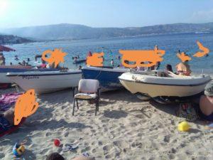 Soverato – Spiaggia libera occupata da barche