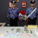 Vede carabinieri e lancia droga da auto, arrestato e condannato