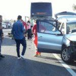 Bus contro auto sulla Statale 106, due feriti gravi