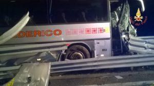 FOTO | Autobus linea Federico contro guardrail, morto autista