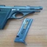 Pistola clandestina nella credenza di un ristorante, arrestata moglie del titolare