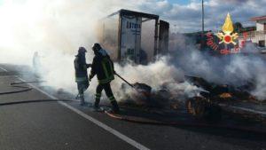 Autoarticolato in fiamme sulla Statale 106