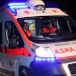 Giovane in moto si schianta contro un'auto e muore sulla Statale 106