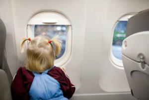 L'incredibile avventura di una bambina: sfugge ai genitori, prende treno e sale su aereo