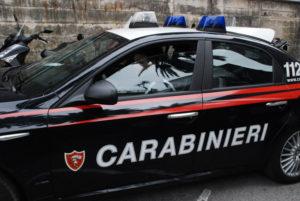 Sfonda la vetrina di un bar e tenta una rapina, 18enne arrestato