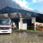 A fuoco capannone adibito a stalla e deposito mezzi agricoli