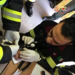 Non riesce ad estrarre anello dal dito e chiede aiuto ai vigili del fuoco