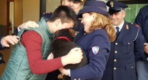Polizia di Stato dona un cane ad un bambino malato truffato on line