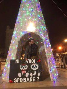 """""""Mi vuoi sposare""""? Sotto l'Albero di Piazza Duomo a Reggio Calabria la romantica richiesta"""
