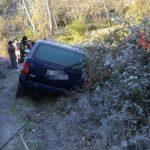 Auto finisce fuori strada a causa del ghiaccio