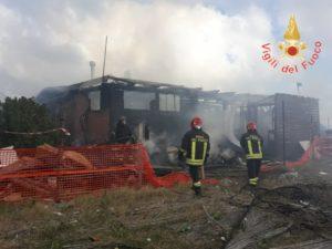 Incendio distrugge stabilimento balneare a Catanzaro Lido