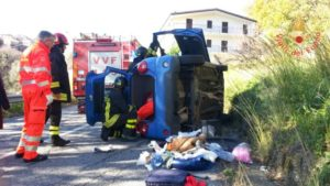 Auto si ribalta sulla SP118 nel comune di Petrizzi, ferito il conducente