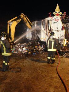 Incendio autocompattatore a Lamezia Terme